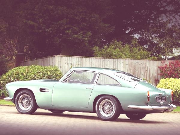 Aston-Martin-DB4-perfil